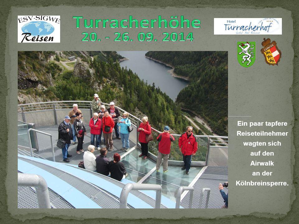 Ein paar tapfere Reiseteilnehmer wagten sich auf den Airwalk an der Kölnbreinsperre.
