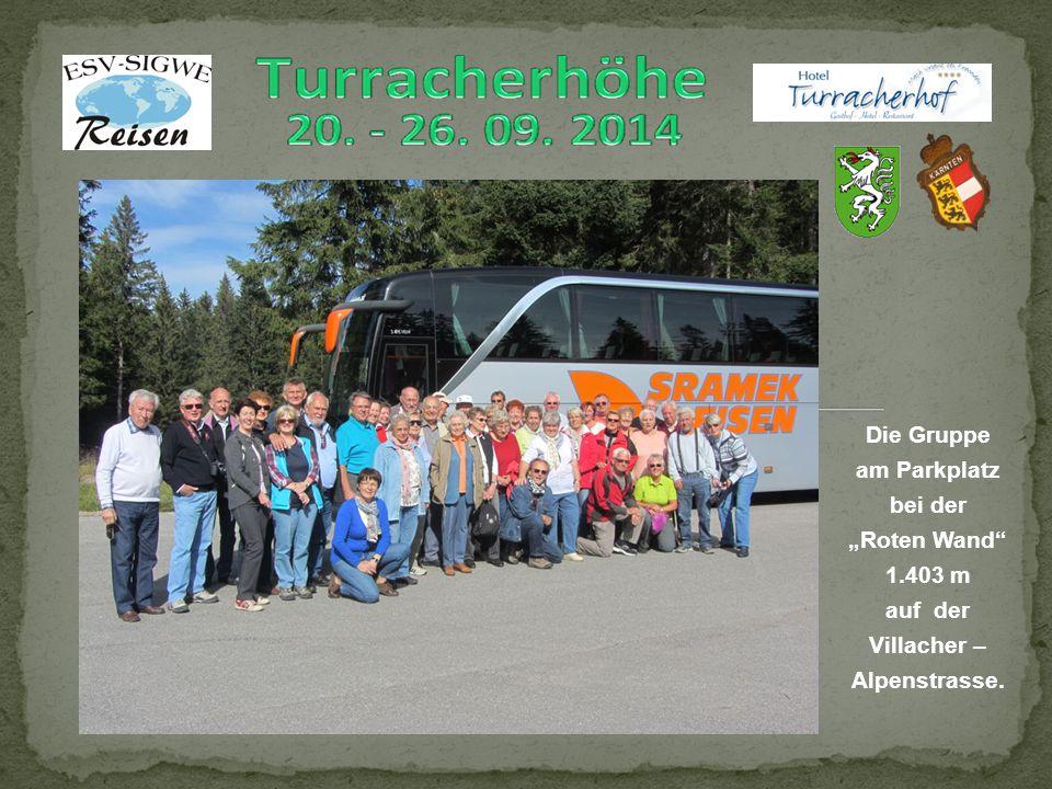 """Die Gruppe am Parkplatz bei der """"Roten Wand 1.403 m auf der Villacher – Alpenstrasse."""