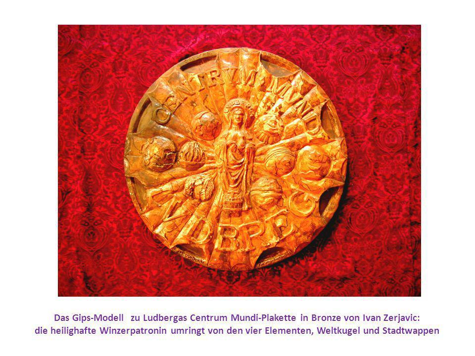 Das Gips-Modell zu Ludbergas Centrum Mundi-Plakette in Bronze von Ivan Zerjavic: die heilighafte Winzerpatronin umringt von den vier Elementen, Weltkugel und Stadtwappen