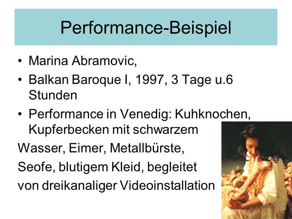 Performance-Beispiel Marina Abramovic, Balkan Baroque I, 1997, 3 Tage u.6 Stunden Performance in Venedig: Kuhknochen, Kupferbecken mit schwarzem Wasser, Eimer, Metallbürste, Seofe, blutigem Kleid, begleitet von dreikanaliger Videoinstallation