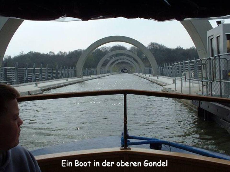 Es führt durch eine Brücke an der Einfahrt in die obere Gondel