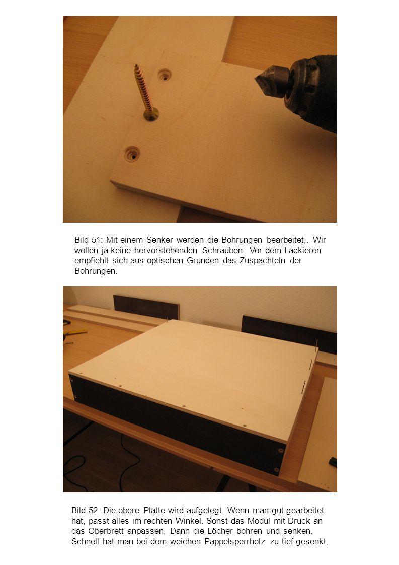 Bild 52: Die obere Platte wird aufgelegt. Wenn man gut gearbeitet hat, passt alles im rechten Winkel. Sonst das Modul mit Druck an das Oberbrett anpas