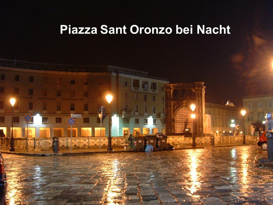 Piazza Sant Oronzo bei Nacht