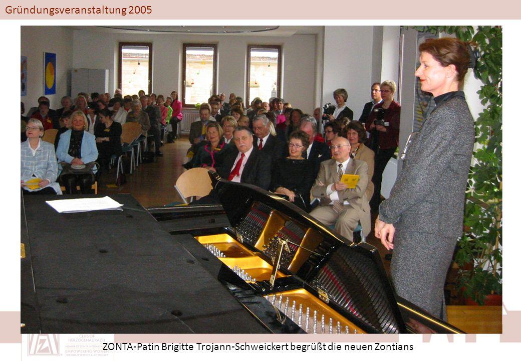 Gründungsveranstaltung 2005 ZONTA-Patin Brigitte Trojann-Schweickert begrüßt die neuen Zontians