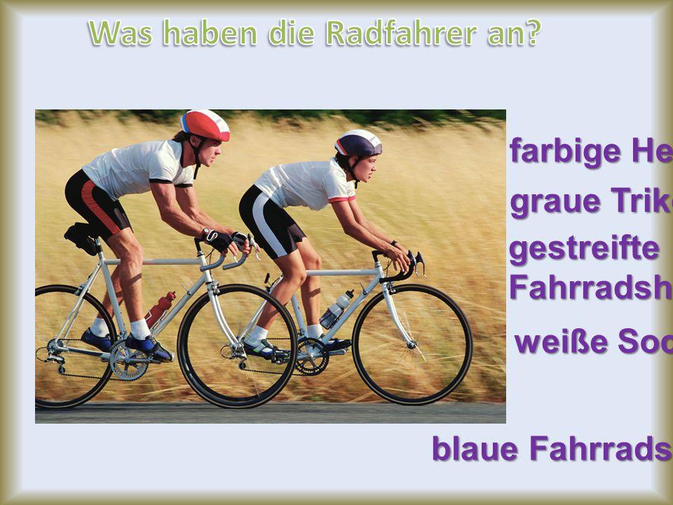 farbige Helme graue Trikots gestreifteFahrradshorts weiße Socken blaue Fahrradschuhe