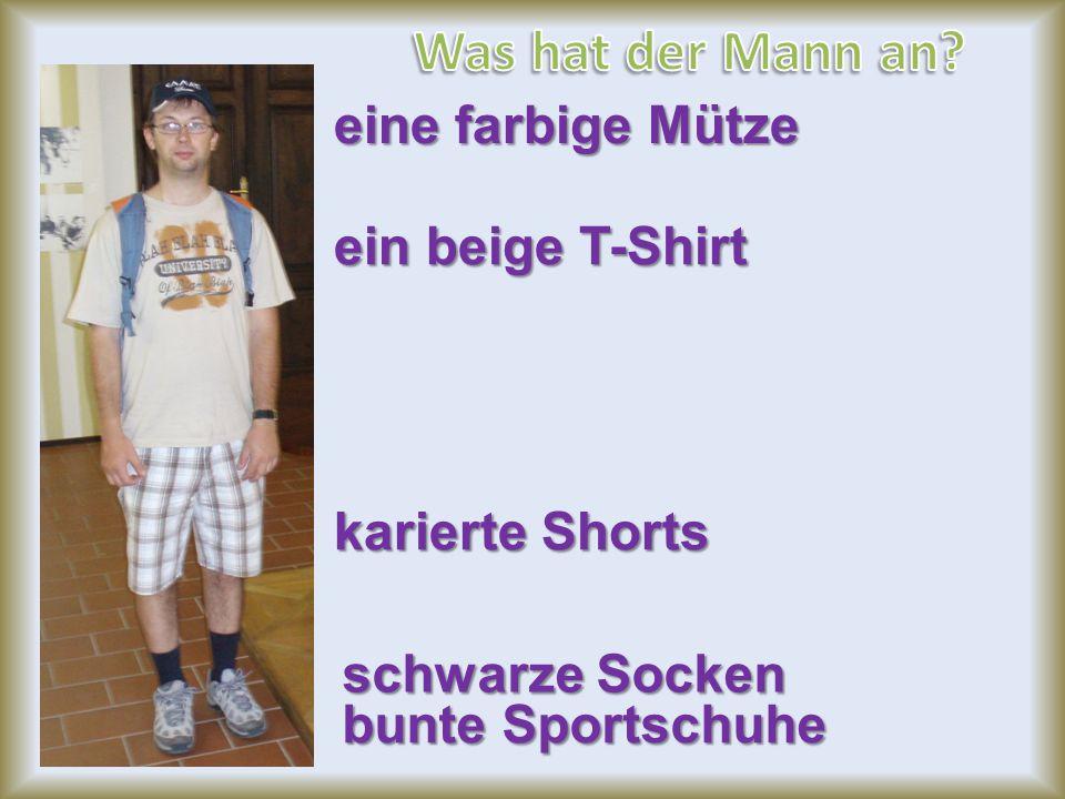 eine farbige Mütze ein beige T-Shirt karierte Shorts schwarze Socken bunte Sportschuhe