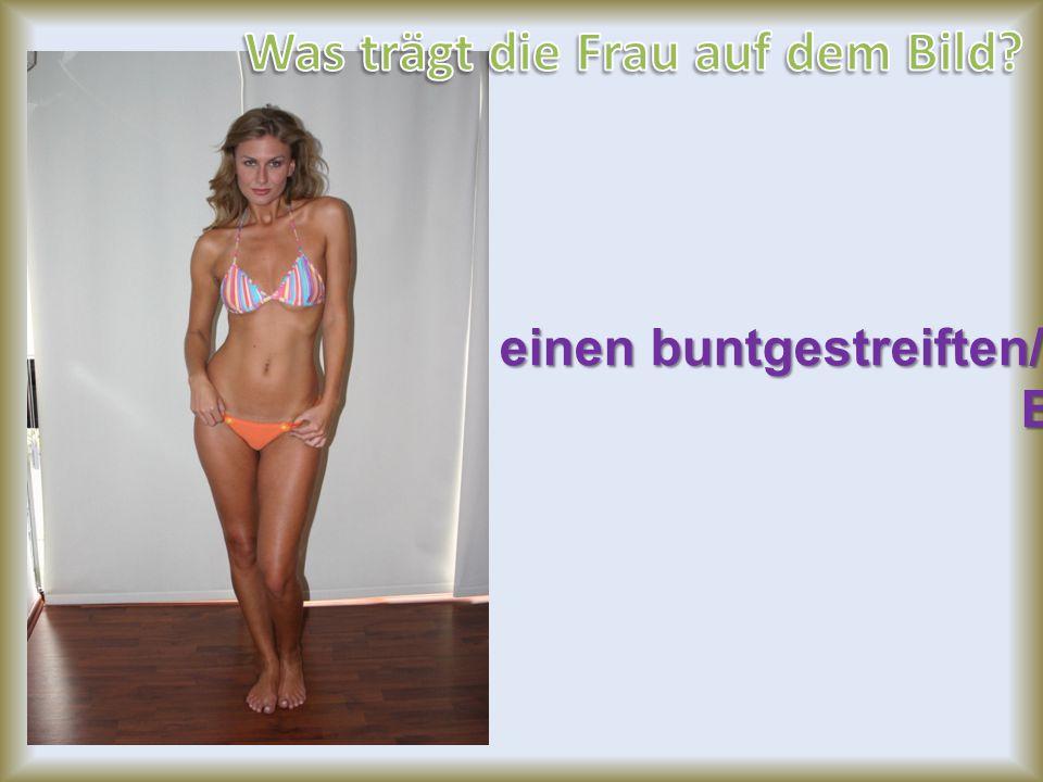 einen buntgestreiften/farbigen Bikini Bikini