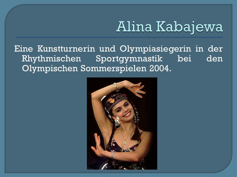 Eine Kunstturnerin und Olympiasiegerin in der Rhythmischen Sportgymnastik bei den Olympischen Sommerspielen 2004.