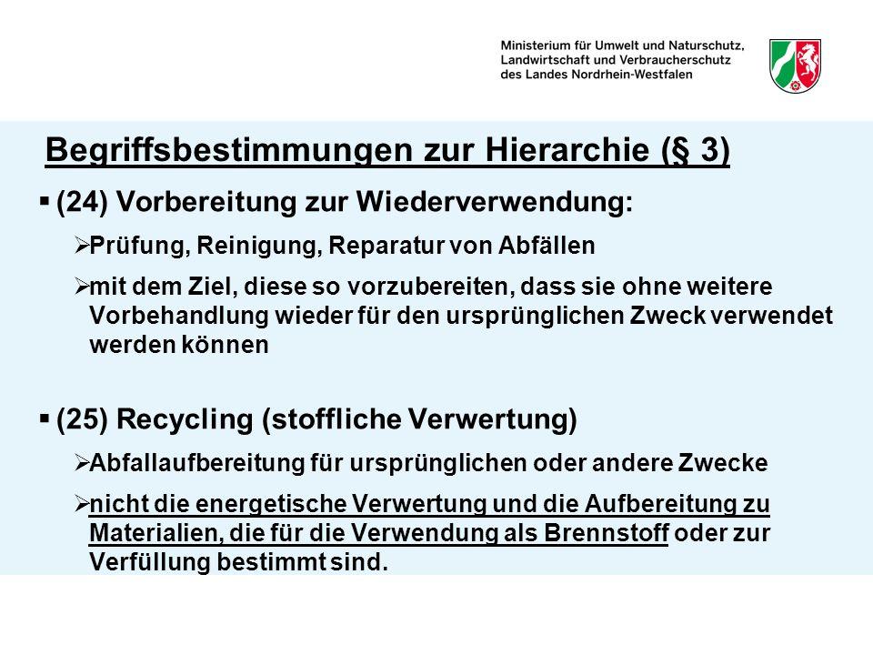 Begriffsbestimmungen zur Hierarchie (§ 3)  (23) Verwertung  Ersatz anderer Ressourcen oder Brennstoffe durch Abfälle innerhalb oder außerhalb der Anlage (tatsächliche Substitution)  Zuführung zu einem sinnvollen Zweck als Hauptergebnis  Schädlichkeit, Vermischung, Heizwert unbeachtlich  (Verwertungsverfahren in Anlage 2)  (26) Beseitigung  Verfahren, das keine Verwertung ist  Stoff- oder Energierückgewinnung als Nebenfolge unbeachtlich  (Beseitigungsverfahren in Anlage 1)
