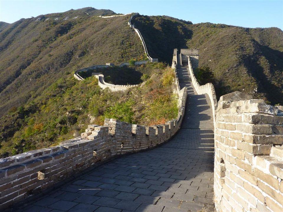Die grosse Mauer (Weltkulturerbe) - Grösstes Bauwerk der Menschheit, über 8800 km lang - Bauzeit: mehr als 2000 Jahre (vom 5.Jh.