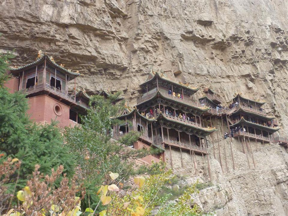"""Das """"hängende Kloster Die einzelnen Teile wurden am Fuß des Felsen vorgefertigt, dann transportierte man sie auf den Gipfel und ließ sie von dort herunter."""