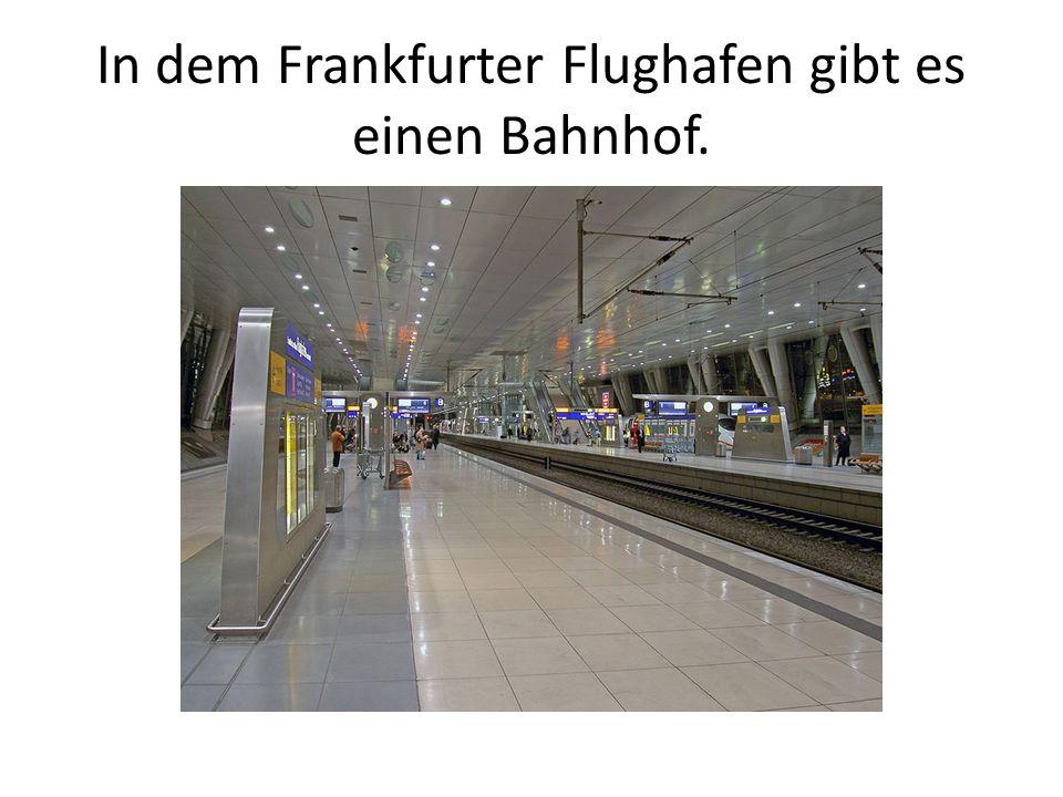 In dem Frankfurter Flughafen gibt es einen Bahnhof.