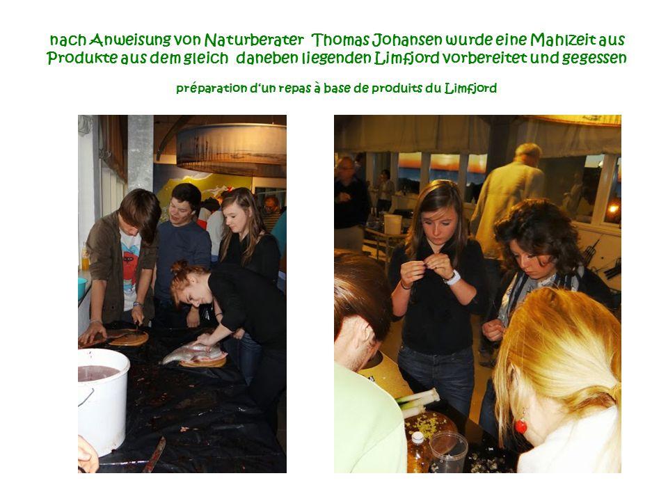 nach Anweisung von Naturberater Thomas Johansen wurde eine Mahlzeit aus Produkte aus dem gleich daneben liegenden Limfjord vorbereitet und gegessen préparation d'un repas à base de produits du Limfjord