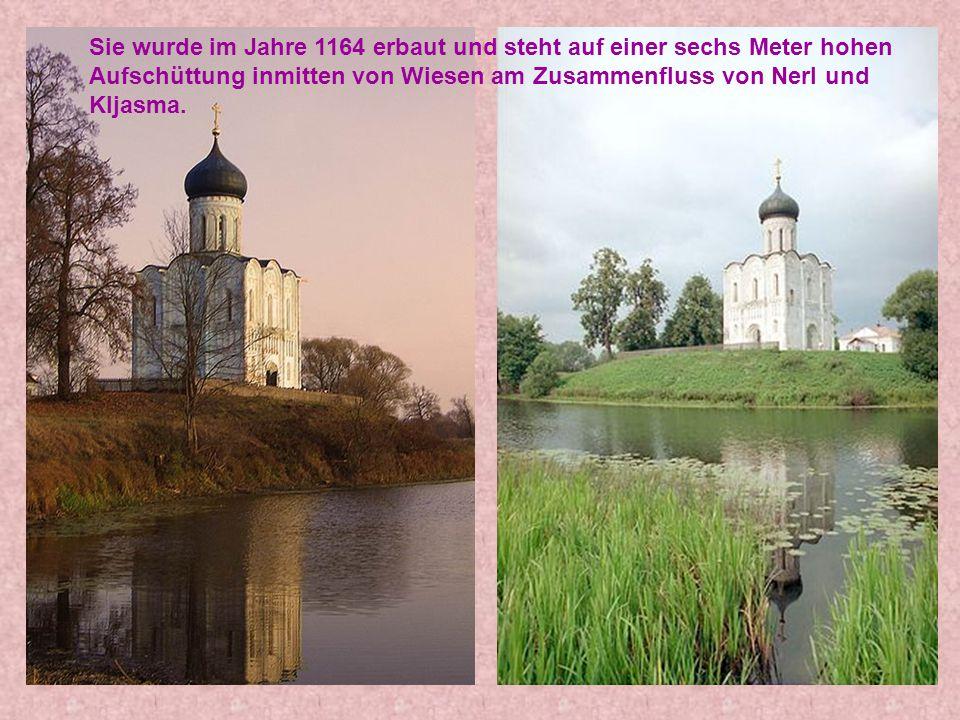 Sie wurde im Jahre 1164 erbaut und steht auf einer sechs Meter hohen Aufschüttung inmitten von Wiesen am Zusammenfluss von Nerl und Kljasma.
