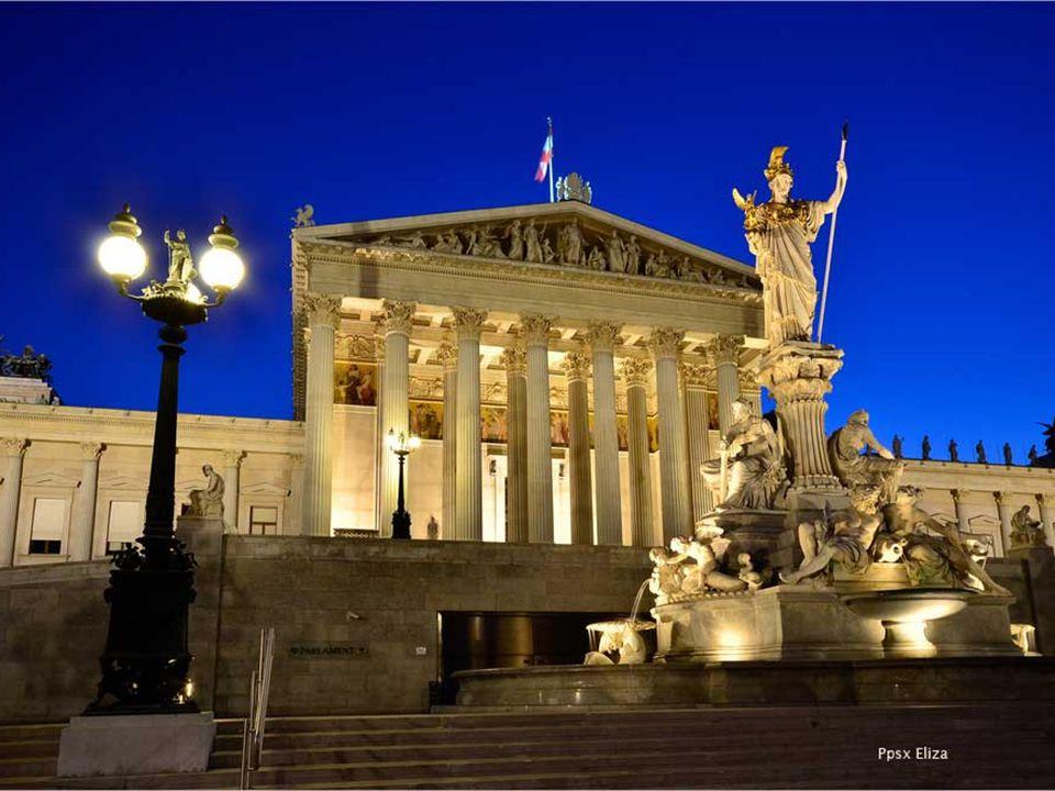 Das Parlament von Wien hat eine Größe von 13.500 Quadratmetern, wobei der größte Komplex von der Ringstrasse aus zu sehen ist.