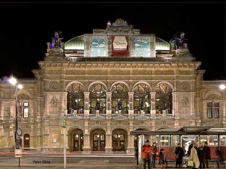 Die Wiener Staatsoper ist ein Neo-Renaissance-Gebäude und wurde im Jahr 1869 eröffnet.