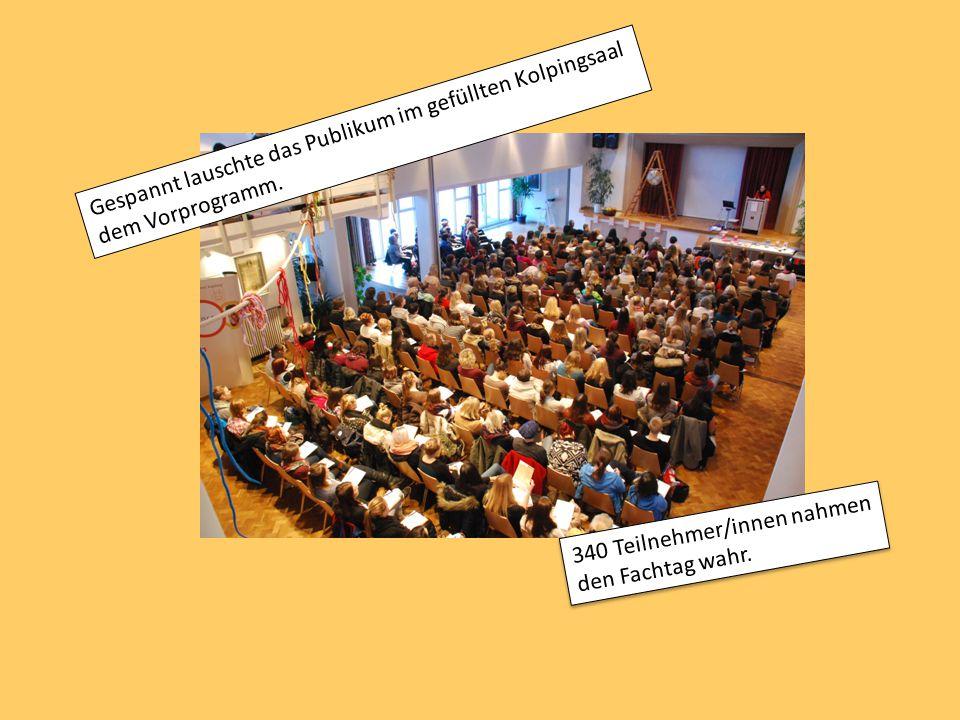 Eindrücke des Vormittags: Gespannt lauschte das Publikum im gefüllten Kolpingsaal dem Vorprogramm. 340 Teilnehmer/innen nahmen den Fachtag wahr.