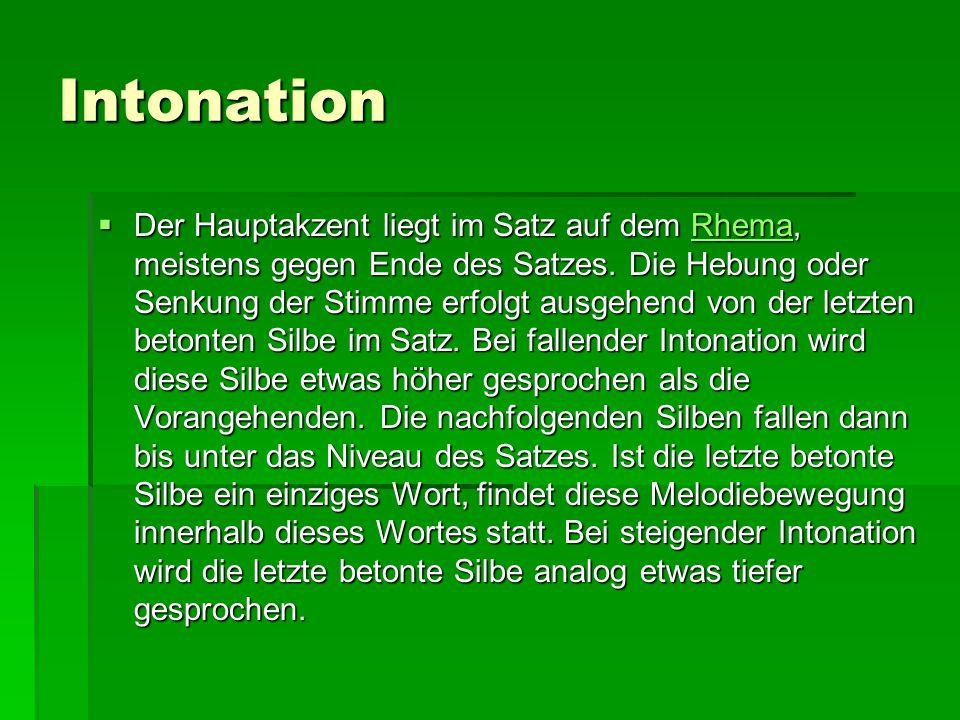 Intonation  Der Hauptakzent liegt im Satz auf dem Rhema, meistens gegen Ende des Satzes. Die Hebung oder Senkung der Stimme erfolgt ausgehend von der
