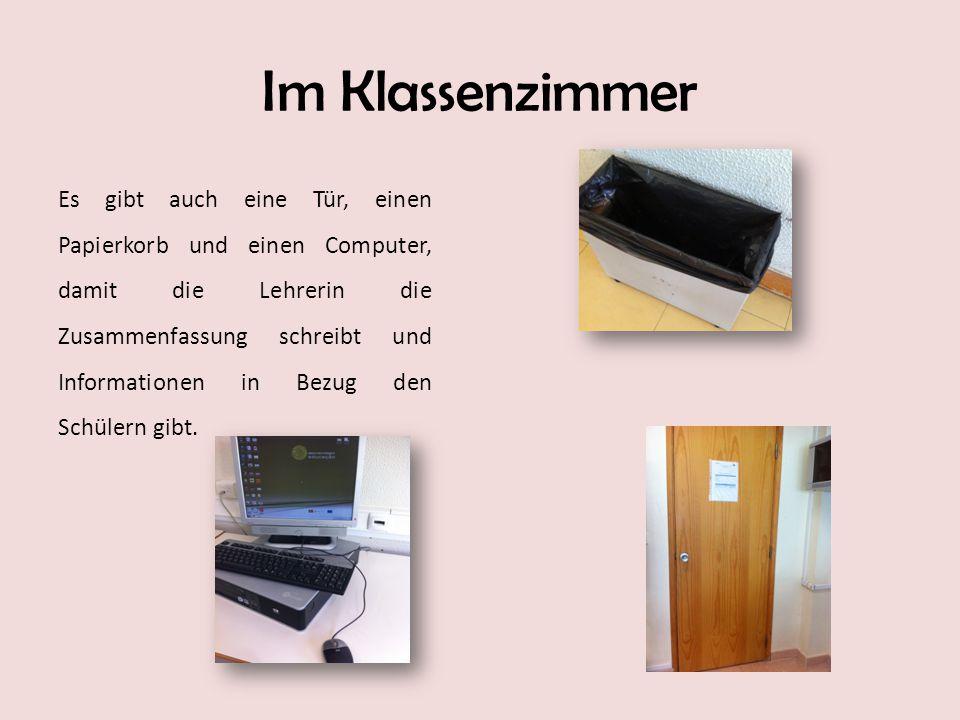 Im Klassenzimmer Es gibt auch eine Tür, einen Papierkorb und einen Computer, damit die Lehrerin die Zusammenfassung schreibt und Informationen in Bezu
