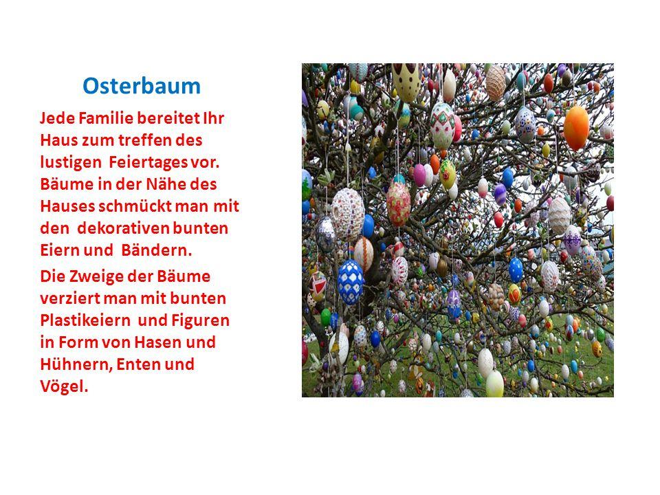 Osterbaum Jede Familie bereitet Ihr Haus zum treffen des lustigen Feiertages vor. Bäume in der Nähe des Hauses schmückt man mit den dekorativen bunten