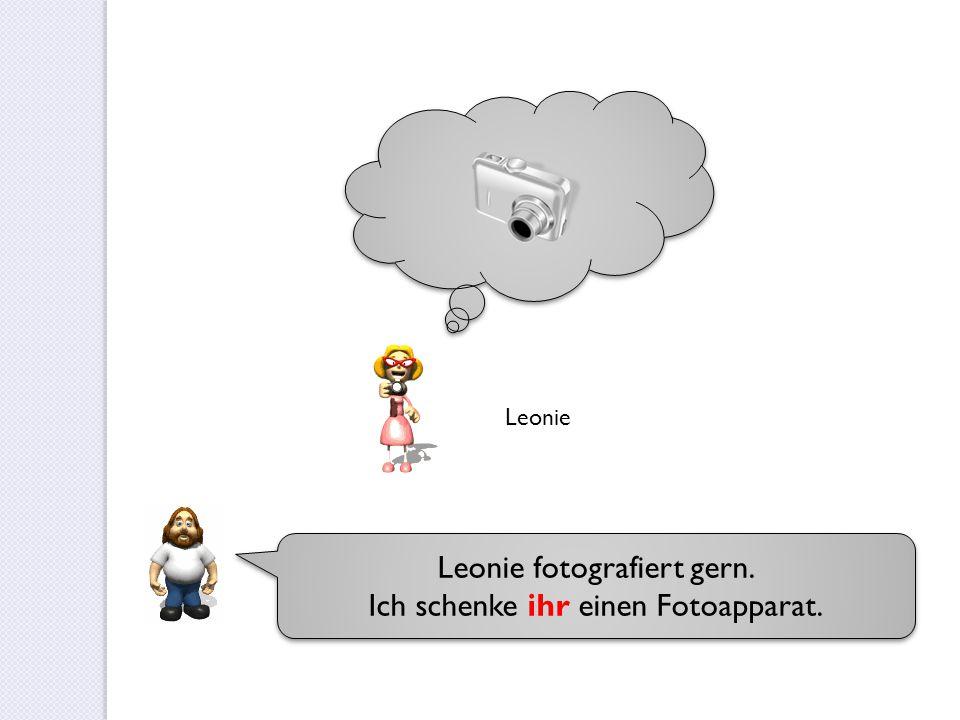 Leonie fotografiert gern. Ich schenke ihr einen Fotoapparat. Leonie fotografiert gern. Ich schenke ihr einen Fotoapparat. Leonie