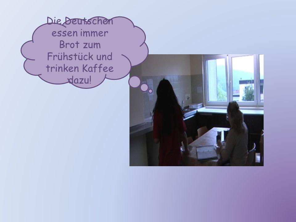 Frühstück im Wohnheim Kerstin ist Yuxis Mitbewohnerin und beide unterhalten sich über ihr Frühstück.