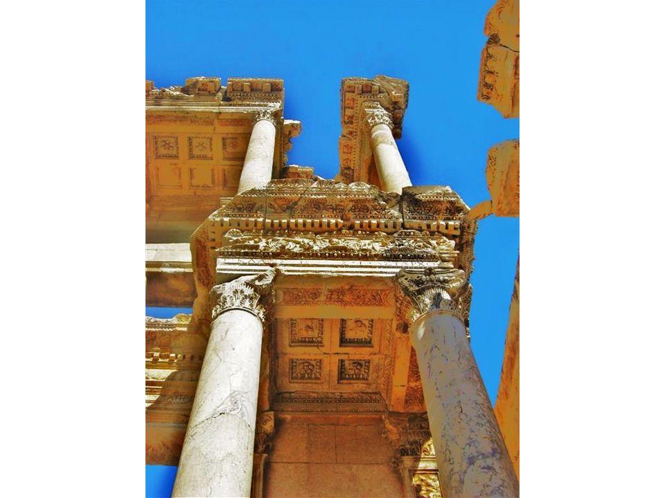 Zwischen den Säulen stehen Statuen der vier Tugenden: Sophia (Weisheit), Arete (Tapferkeit), Ennoia (Rücksicht) und Episteme (Kenntnis).