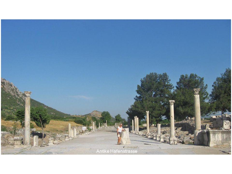 Muttergöttin Artemis Diese Statue in Ephesos stellt ARTEMIS über und über bedeckt mit Brüsten dar, da sie die Ernährerin aller Lebewesen verkörpert.