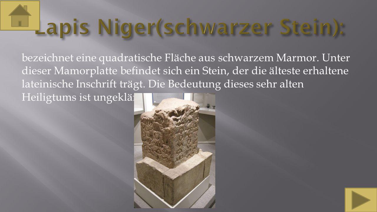 bezeichnet eine quadratische Fläche aus schwarzem Marmor. Unter dieser Mamorplatte befindet sich ein Stein, der die älteste erhaltene lateinische Insc