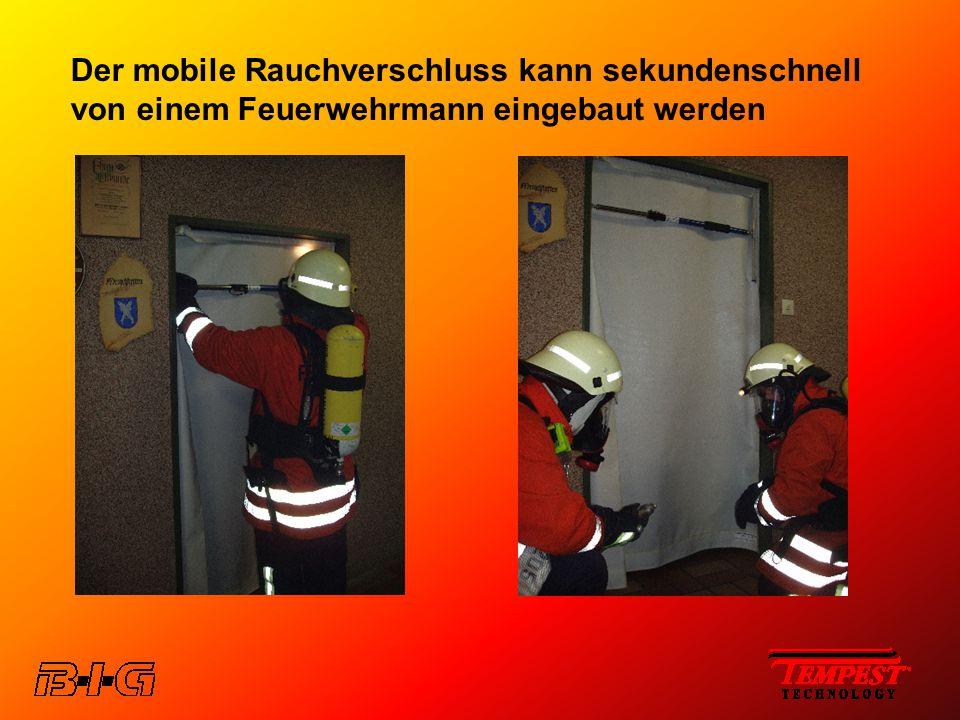 Der mobile Rauchverschluss kann sekundenschnell von einem Feuerwehrmann eingebaut werden