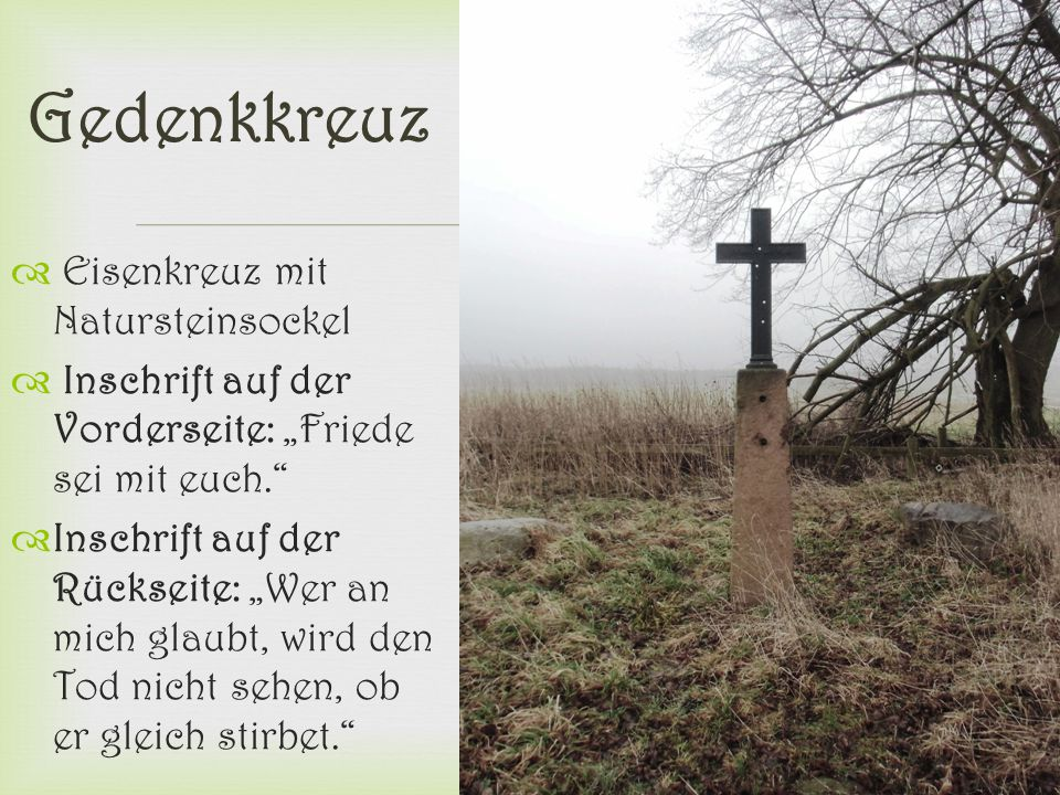 """ Gedenkkreuz  Eisenkreuz mit Natursteinsockel  Inschrift auf der Vorderseite: """"Friede sei mit euch.""""  Inschrift auf der Rückseite: """"Wer an mich gl"""