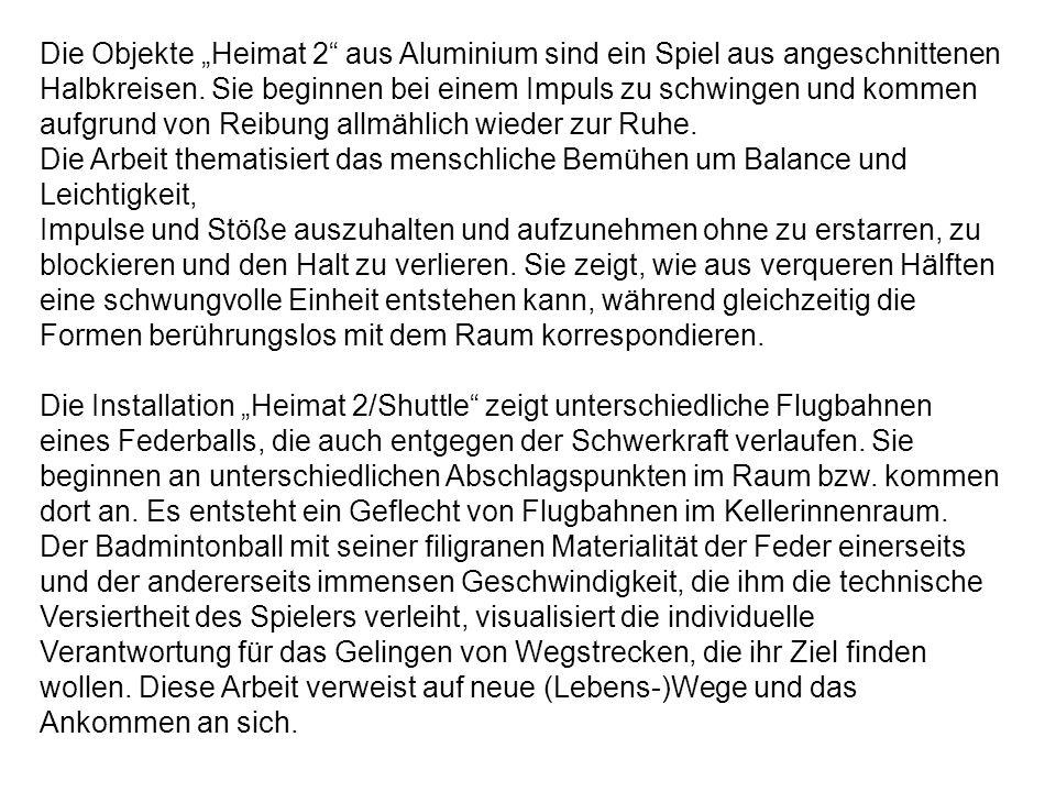 """Die Objekte """"Heimat 2"""" aus Aluminium sind ein Spiel aus angeschnittenen Halbkreisen. Sie beginnen bei einem Impuls zu schwingen und kommen aufgrund vo"""