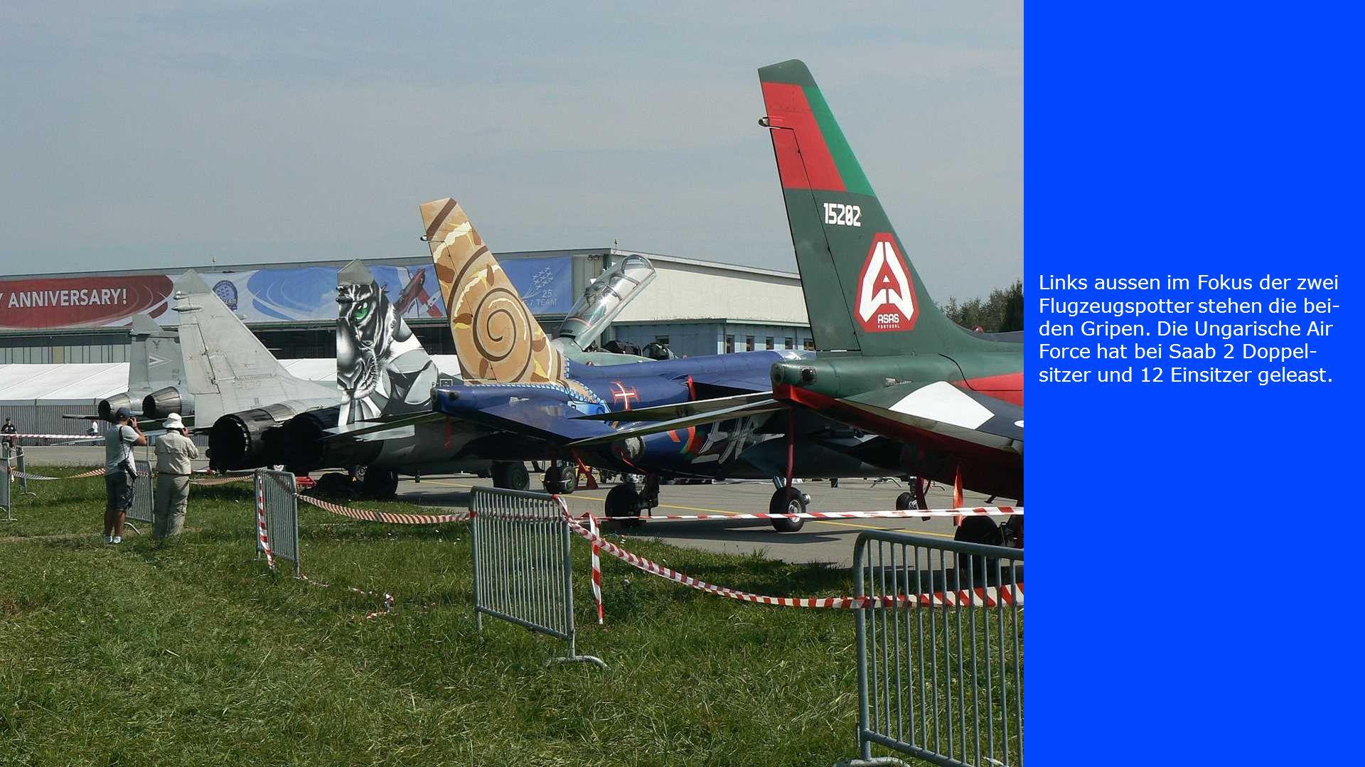 Links aussen im Fokus der zwei Flugzeugspotter stehen die bei- den Gripen. Die Ungarische Air Force hat bei Saab 2 Doppel- sitzer und 12 Einsitzer gel