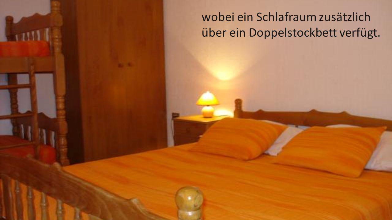 wobei ein Schlafraum zusätzlich über ein Doppelstockbett verfügt.