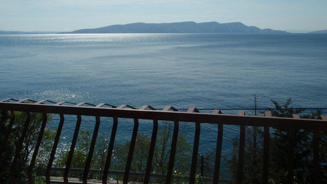 Zum Wasser ist es Luftlinie ca.30 m. Liege und Bademöglichkeit, sowie Tauchbasis und Strandbar ca.
