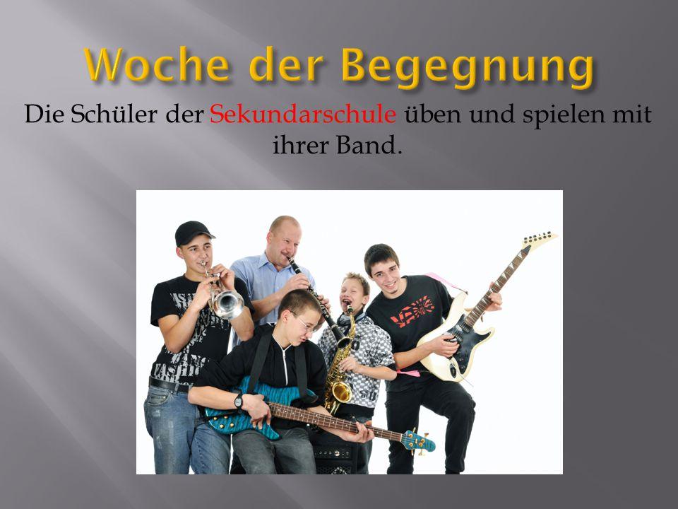 Die Schüler der Sekundarschule üben und spielen mit ihrer Band.