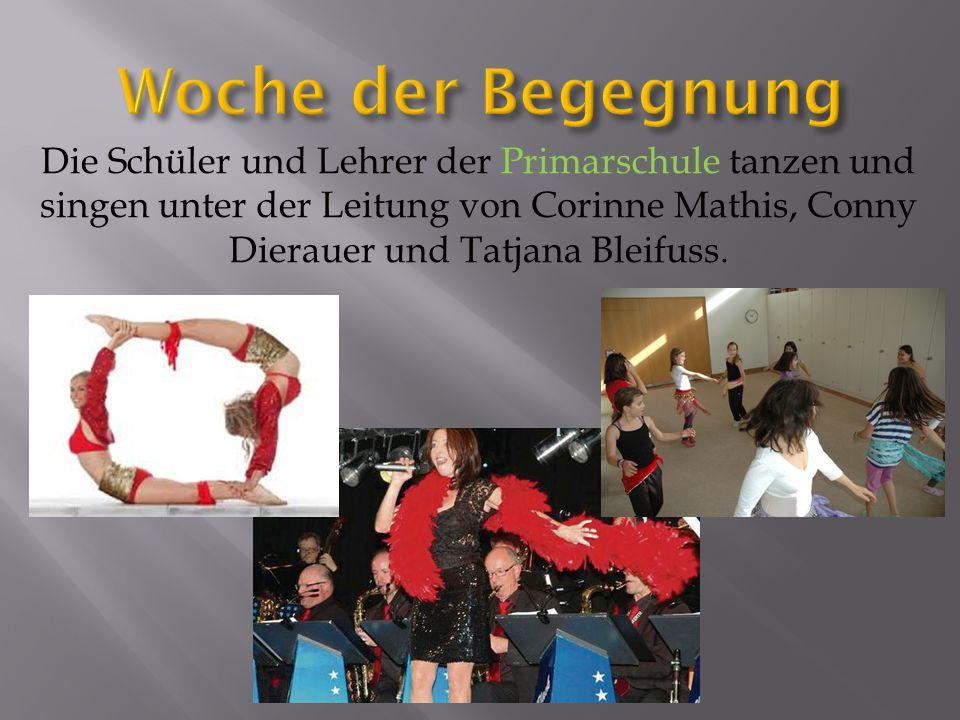 Die Schüler und Lehrer der Primarschule tanzen und singen unter der Leitung von Corinne Mathis, Conny Dierauer und Tatjana Bleifuss.