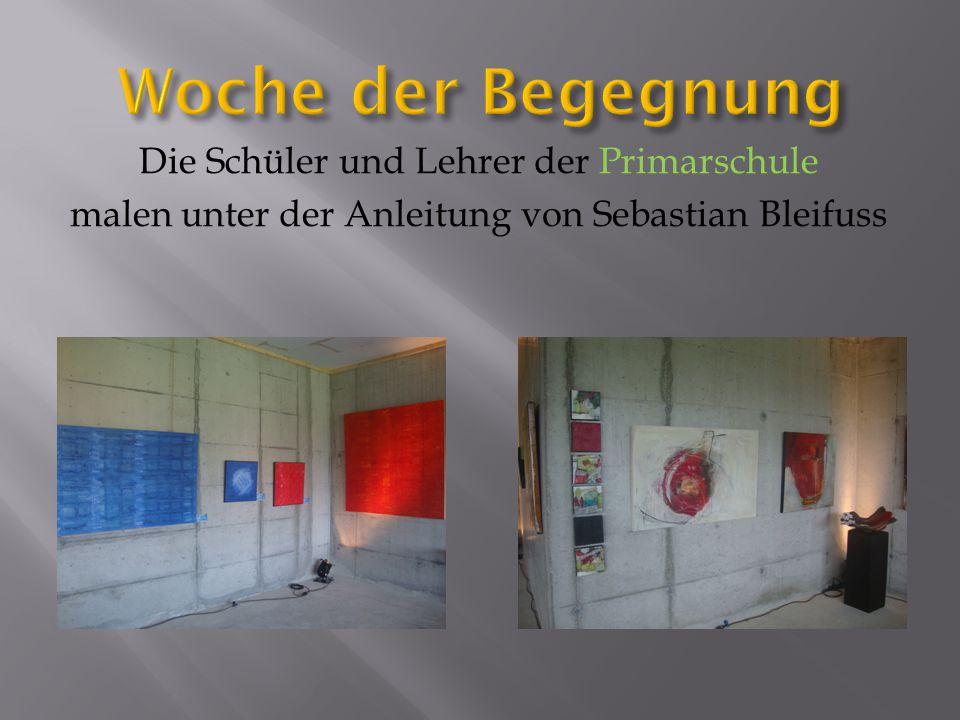 Die Schüler und Lehrer der Primarschule malen unter der Anleitung von Sebastian Bleifuss