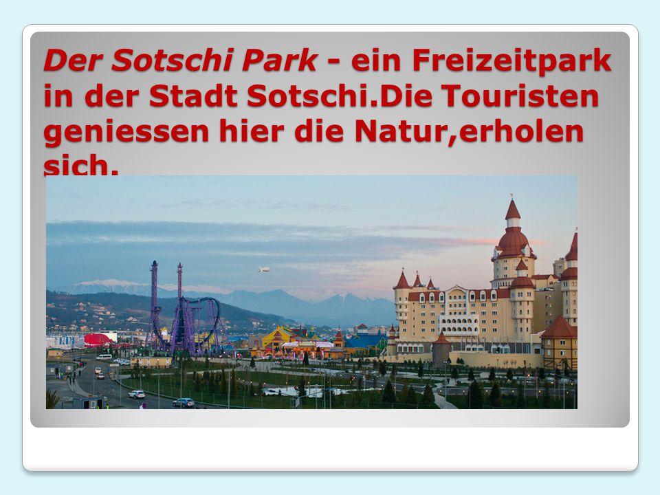 Der Sotschi Park - ein Freizeitpark in der Stadt Sotschi.Die Touristen geniessen hier die Natur,erholen sich.