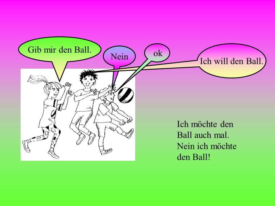 Kinder Lisa, Sara und Tom wollen zusammen spielen. Wollt ihr mit dem Ball spielen Ja wir wollen.