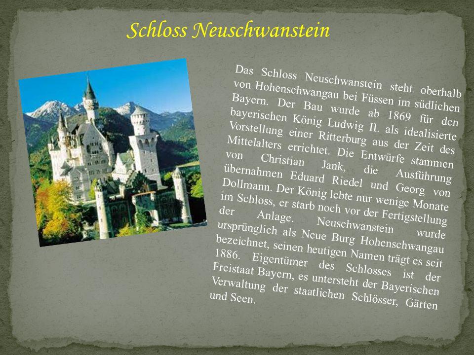 Das Schloss Neuschwanstein steht oberhalb von Hohenschwangau bei Füssen im südlichen Bayern. Der Bau wurde ab 1869 für den bayerischen König Ludwig II