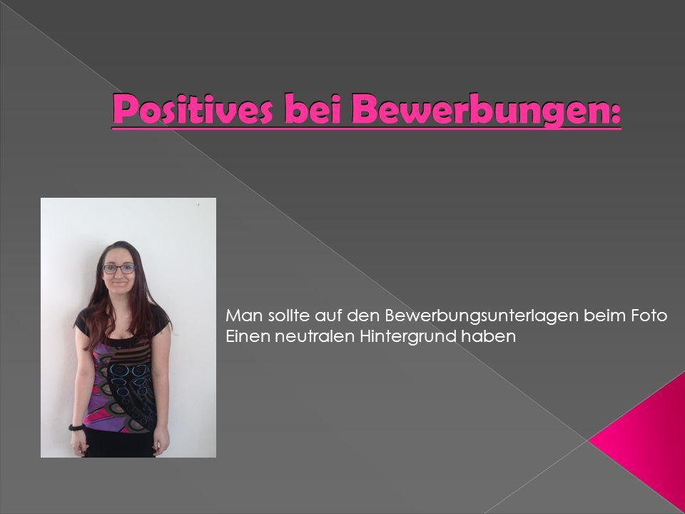 Positives bei Bewerbungen: Man sollte auf den Bewerbungsunterlagen beim Foto Einen neutralen Hintergrund haben