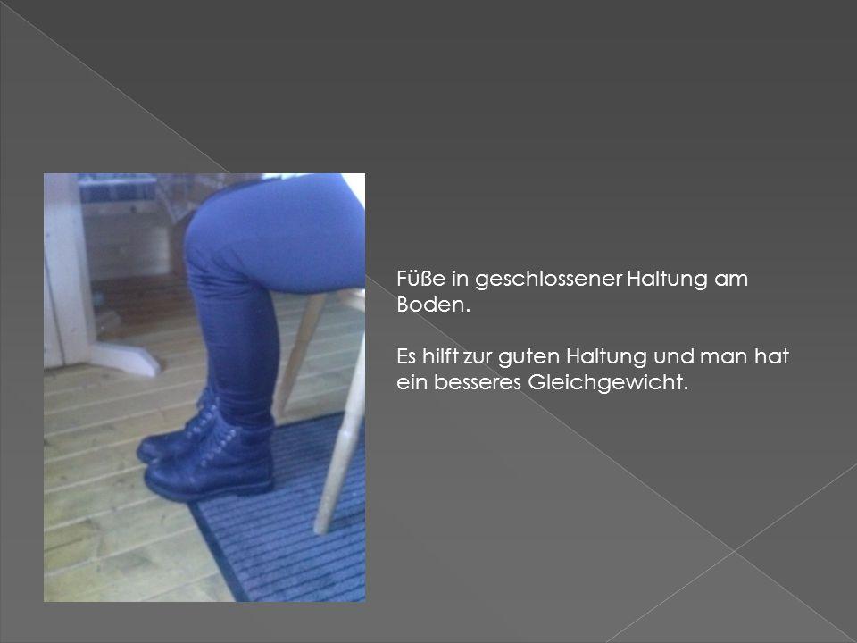 Füße in geschlossener Haltung am Boden. Es hilft zur guten Haltung und man hat ein besseres Gleichgewicht.