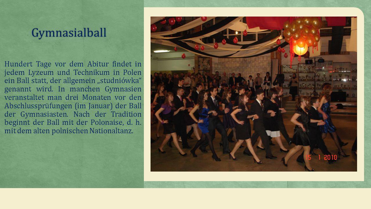 """Gymnasialball Hundert Tage vor dem Abitur findet in jedem Lyzeum und Technikum in Polen ein Ball statt, der allgemein """"studniówka genannt wird."""
