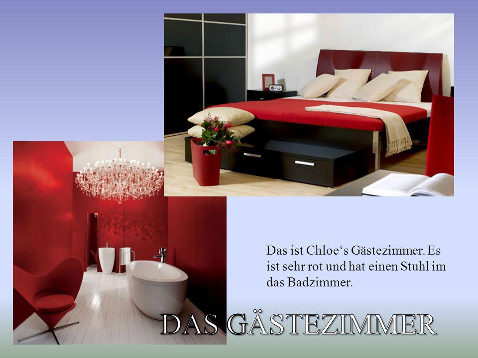 Das ist Chloe's Gästezimmer. Es ist sehr rot und hat einen Stuhl im das Badzimmer.