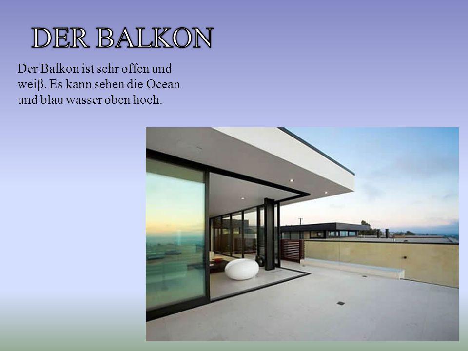 Der Balkon ist sehr offen und weiβ. Es kann sehen die Ocean und blau wasser oben hoch.