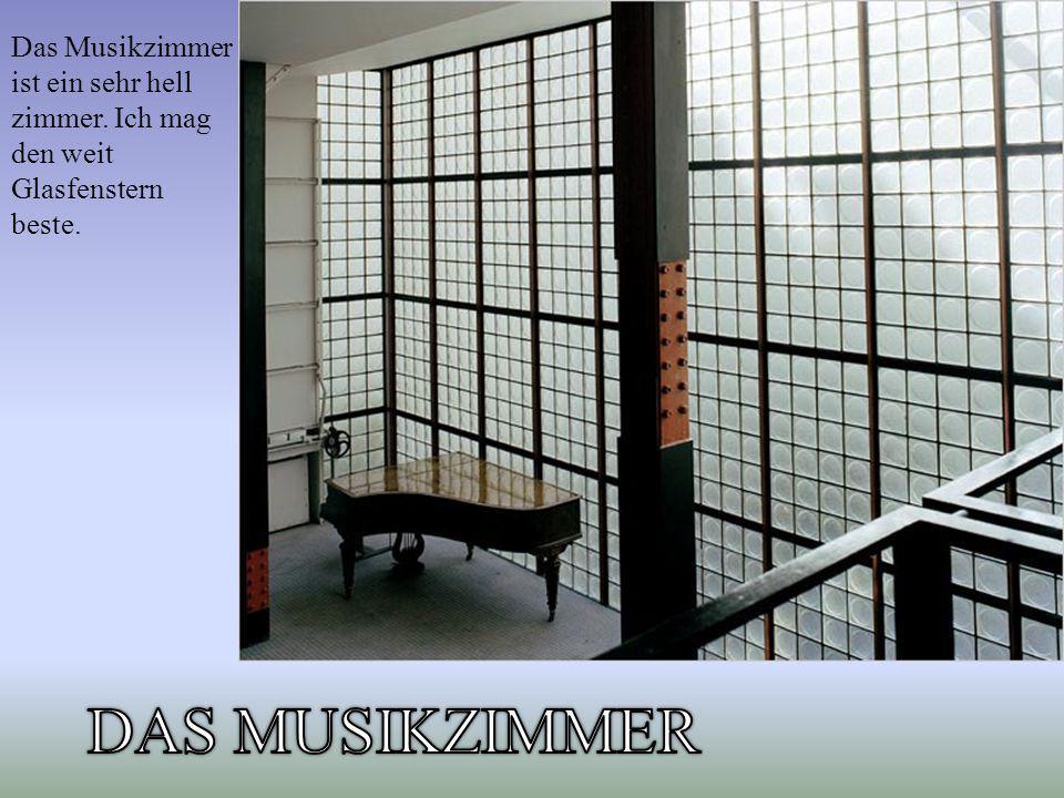 Das Musikzimmer ist ein sehr hell zimmer. Ich mag den weit Glasfenstern beste.