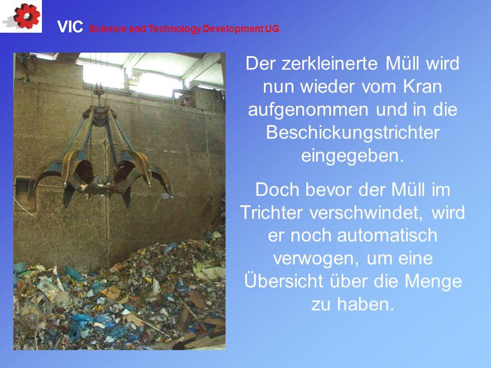 Der zerkleinerte Müll wird nun wieder vom Kran aufgenommen und in die Beschickungstrichter eingegeben. Doch bevor der Müll im Trichter verschwindet, w