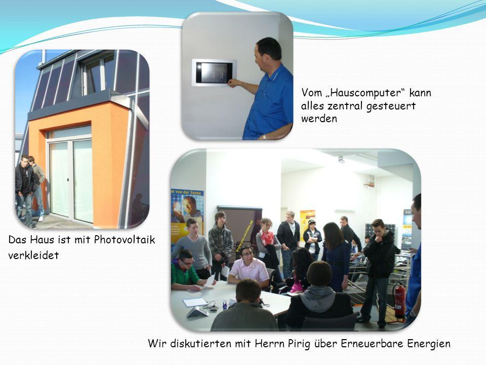 """Das Haus ist mit Photovoltaik verkleidet Vom """"Hauscomputer kann alles zentral gesteuert werden Wir diskutierten mit Herrn Pirig über Erneuerbare Energien"""