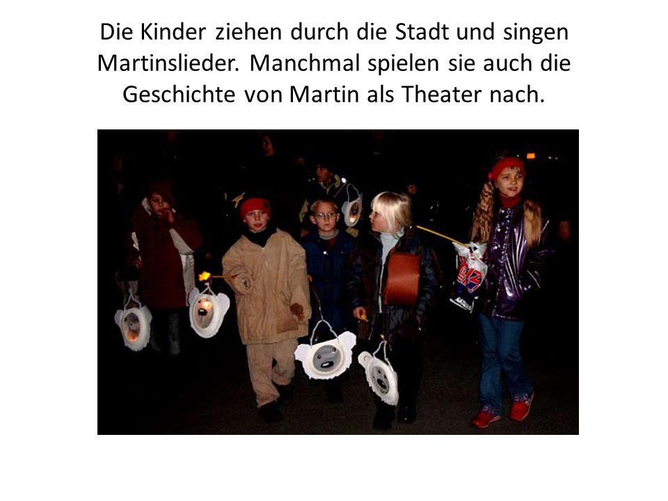 Die Kinder ziehen durch die Stadt und singen Martinslieder. Manchmal spielen sie auch die Geschichte von Martin als Theater nach.
